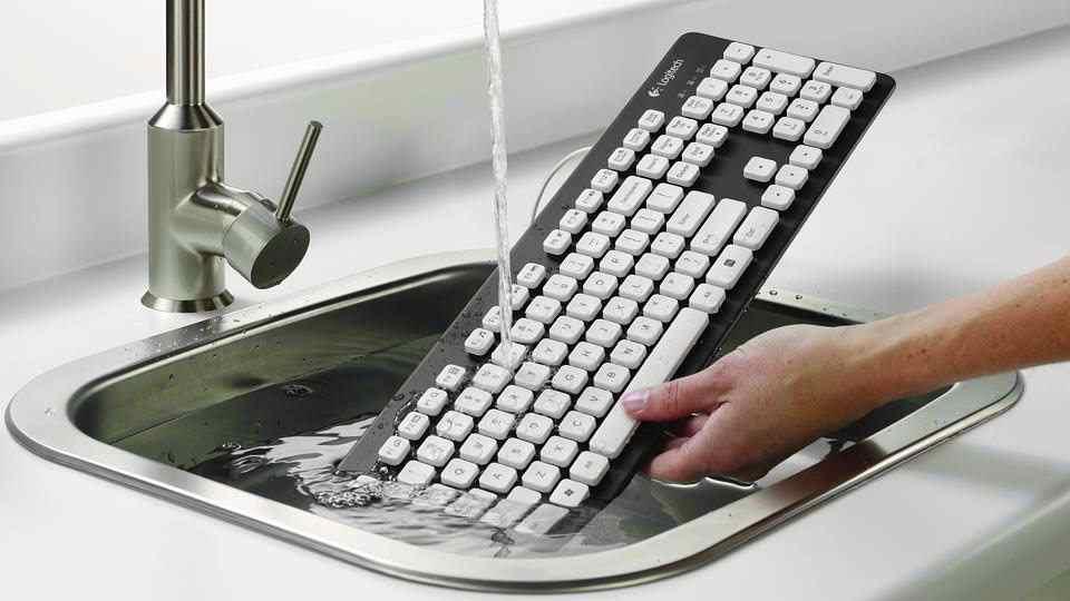 đổ nước lên bàn phím cơ